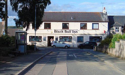 W czerwcowym słońcu pub wygląda przyzwoicie i zachecajaco