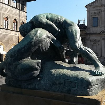 """Скульптура """"Ercole che lotta con il leone"""", Piazza Ognissanti, Флоренция, июль."""