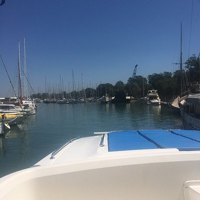 Well located yacht club at Venice, just a few minutes by boat to San Marco. Take the line 4.2 and stop at S Zaccaria. Marina bem localizada em Venezia. Pegue a linha 4.2 e pare em S. Zaccarina.