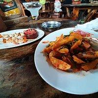 délicieux plat végétarien de patates, épinards, oignons et sauce tomate aux piments : épicé mais pas insupportable, un régal !