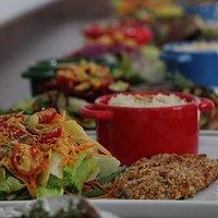 Tilápia grelhada com crosta de castanhas, acompanha uma saladinha da casa e outro acompanhamento de sua escolha. Uma delícia! 👩🍳🔝