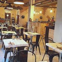 Doppio una location nel cuore di Monte Sacro innovativa, che rinnova il concetto di locale fondendo in sé hamburgeria, wine bar e birreria per poter donare momenti di piacevole relax a tutti i suoi clienti.