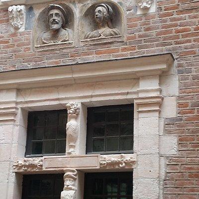 sculpture du visage des propriétaires