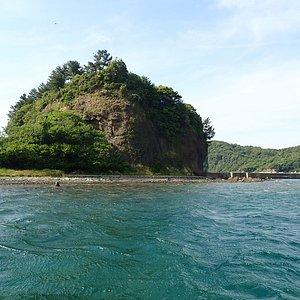 船から見えた島の周辺の海はとてもキレイでエメラルドグリーンでした。