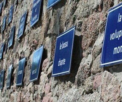 """Remparts Vauban à Sélestat avec son fameux mur """"Le Rêve"""" comportant 310 plaques bleues de rues"""