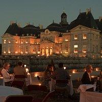 Diner au restaurant les Charmilles avec la vue sur la château de Vaux le Vicomte éclairé aux chandelles.