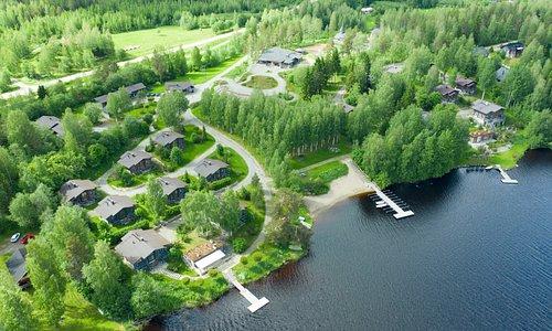 Tahko-Tours Lomakylässä tarjolla luksustason huviloita ja rivitalo asuntoja edulliseen hintaan aivan Syväri- järven ääressä. Tahko-Tours Resort features luxurious cottages and townhomes on Lake Syväri.