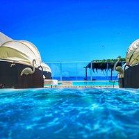 vista de la piscina y el mar desde el restaurante
