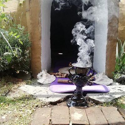 Temazcal ceremonial, humo de copal sagrado, entrada del temazcal