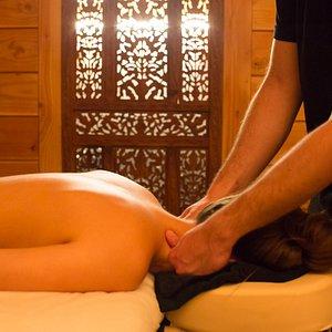 Offrez vous une parenthèse dans un cadre apaisant, avec le massage aromathérapie, profond ou léger, accompagné d'un mélange d'huiles essentielles biologique adapté à vos besoins.