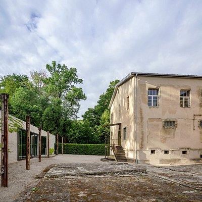 Innenhof mit Gefängnisgebäude (rechts) und Besucherzentrum (links)   Former prison (right hand) and visitor centre (left hand)
