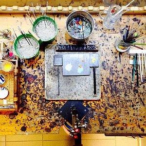 Cam Atölyesi.  Alevde cam tekniğiyle el yapımı ürünler,  İtalyan Murano camından özgün, kişiye özel boncuk ve takı   tasarımları  Atölye ve workshop çalışmaları,  Cam dekor ürünleri.