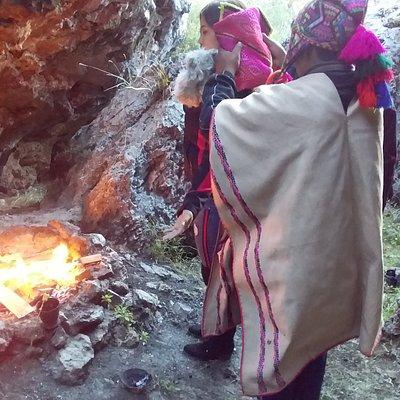 Agradeciendo a Pachamama y pidiendo protección a los Apus. Ceremonia ancestral andina. Pago a la tierra
