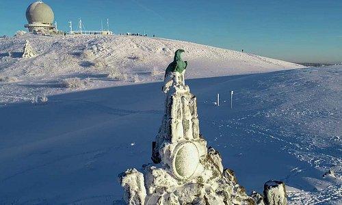 Fliegerdenkmal Wasserkuppe und das Radom auf dem Gipfel