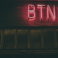 BTNK art BAR é um lugar de experiências: coquetelaria, gastronomia, storytelling e música numa releitura moderna inspirada na Geração Beat, a vanguarda artística dos ícones Kerouac, Cassady, Ginsberg e Burroughs.