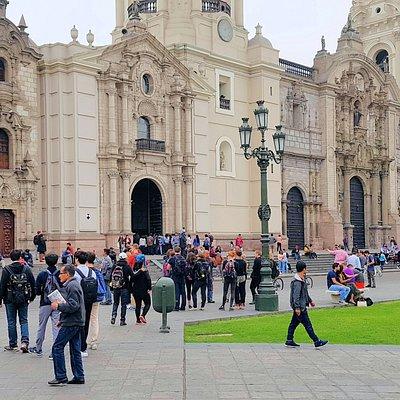 Se encuentra en medio de la catedral y el Palacio Arzobispal de Lima, frente a la Plaza de Armas. Su frente es muy discreto.