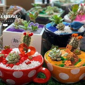 Craft Shop MIRJANA Handmade Originalni i personalizovani pokloni, cvetni aranžmani i dekoracije za svačiji ukus. Ćirpanova 5 21000 Novi Sad 063 8871627 www.facebook.com/MirjanaHandmadeNS