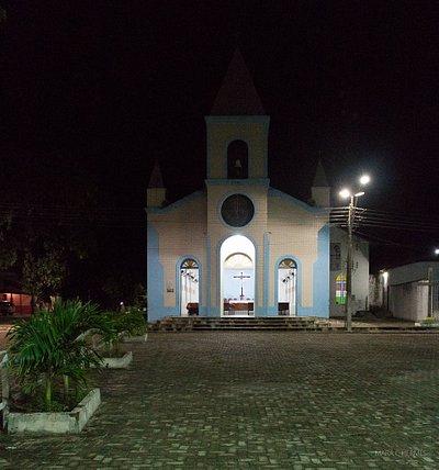 Vista noturna da igreja.