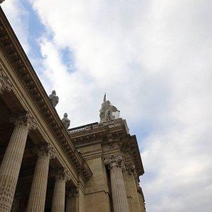 Cette statue se situe tout simplement sur le toit du grand palais et c'est l'œuvre du sculpteur Raoul Verlet. C'est une statue décorative qui représente tout simplement l'art (1900)