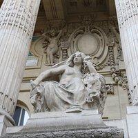 j'ai pu y voir une femme assise, avec la poitrine dénudée, qui tient un marteau dans sa main droite.