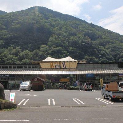 山の谷間に見えてくる大きな建物WEST/WEST