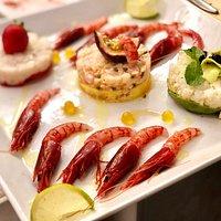 Tris di Tartare di pesce crudo, SCAMPI, GAMBERI E RICCIOLA . Gamberi rossi di MAZARA del Vallo crudi