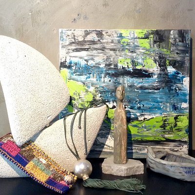 Paintings, sculptures, ceramics, jewels. For art lovers, either as a gift or as a souvenir from Athens, or even as an art collection.