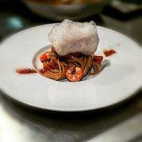 Spaghetto ai gamberi viola, polvere di pomodoro e aria di bisque