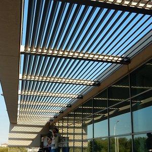 Esterno della libreria. Outside the library