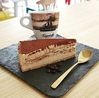 Tarta de tiramisú acompañado de un café 100% natural