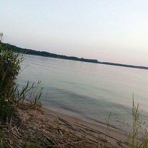 fajna plaża można się po opalać po pływać jestem z Augustowa i polecam wszystkim przyjezdnym i turystom ta plaże i Atrakcje :)  pozdrawiam :)