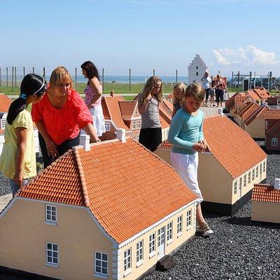 En solskinsdag i Minibyen Sæby - børnene nyder de flotte bygninger.