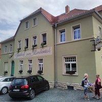Außenansicht zum Gasthof gehören :Gastraum, Terrasse, Biergarten und ein gut renovierter Saal