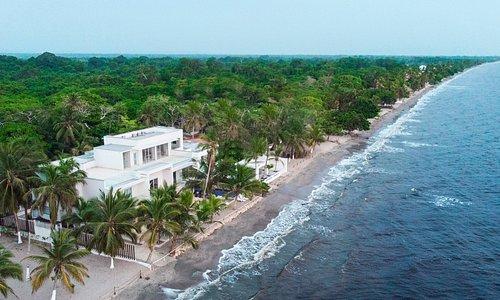 Casa Danae Hotel se encuentra ubicado justo frente al mar, cuenta con una zona privada de playa para que sus huéspedes tengan la mejor experiencia durante su estadía.
