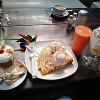 Crepa, helado melba, cafecito capuccino y un delicioso smoothie