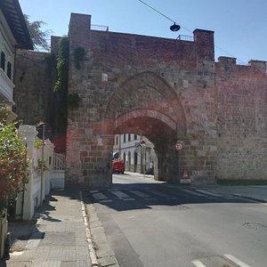 Рorta Garibaldi (Porta Calcesana), Via Giuseppe Garibaldi, Пиза, июль.