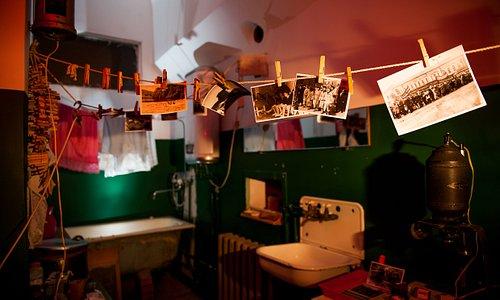 Ванная комната, превращенная в домашнюю фотолабораторию. Фото Никиты Маркова