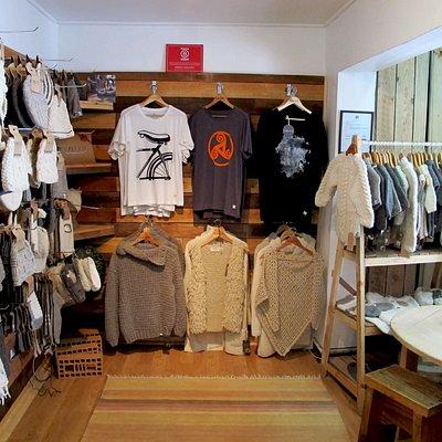 En Ecopura te esperamos con productos de calidad, hechos a mano de lana 100% natural de Oveja, diseñados con conciencia ambiental.  3er Piso, calle San Francisco ·333 Puerto Varas.