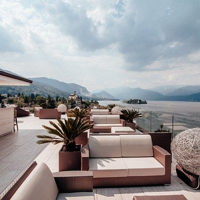 Aperitivo con vista allo Sky Bar: terrazza panoramica al 7° piano di Hotel La Palma a Stresa, con vista sul Lago Maggiore e le Isole Borromee.