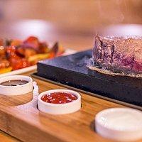 Široký sortiment vyzrálých hovězí steaků si u nás můžete sami připravit u stolu na lávovém kameni !!!