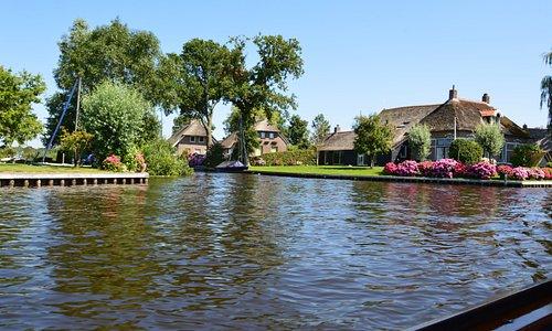 Nationaal Park Weerribben-Wieden, het bezoekerscentrum van Natuurmonumenten in Sint Jansklooster ligt bij de oeverzone van de Beulakerwijde. Van hieruit zijn verschillende rondvaarten of overzetten, fiets- en wandelroutes mogelijk (Giethoorn, Blokzijl, Zwartsluis)