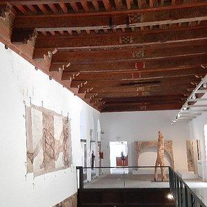 Iglesia del convento-museo y una sala con artesonado