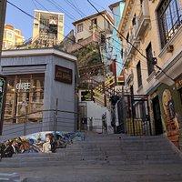 Una vista de nuestro acceso principal junto a uno de los ascensores más antiguos de Valparaíso, el Ascensor Reina Victoria.