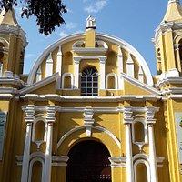 Iglesia colonial, destaca por su color amarillo y blanco,con dos torres y una nave central.