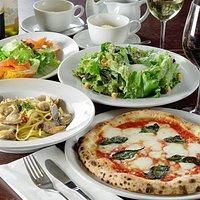 前菜、自慢の窯焼きピッツァ、生パスタ、デザートと当店の人気メニューを詰め込みました!