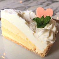 8月、9月の土日限定ケーキは、「レモンムースの爽やかタルト」です。レモンムースとカスタードクリームの甘酸っぱい組み合わせをお楽しみください。