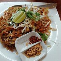 Vegetarische Thainudeln mit Chili- und Erdnussflocken
