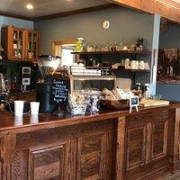 Aus meiner Sicht die beste Coffebar der Gegend: super Espresso!! Leckere Törtchen, Kekse etc. Dazu relaxed sitzen auf der Terrasse und sehr nette Bedienung. (Und gutes WiFi)