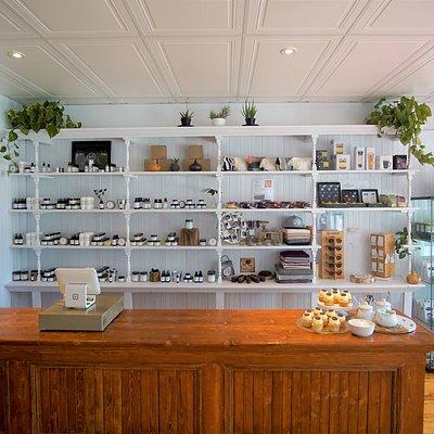 Espace boutique. Produits pour le corps, le visage, la barbe et la maison fabriqués à la main à base d'ingrédients naturels dans le respect de l'environnement.