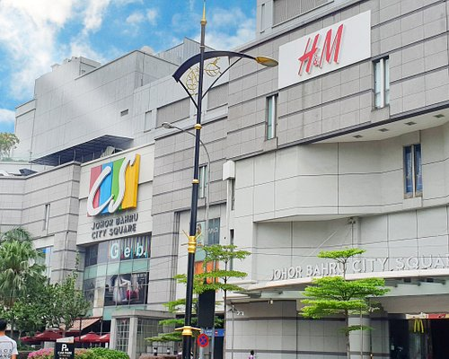 Strategically located in the heart of the city and only a stone's throw from the customs and immigration checkpoint, Johor Bahru City Square stands out as a central landmark in JB. With its more than 200 retailers, it offers a host of fashion, entertainment and restaurants.